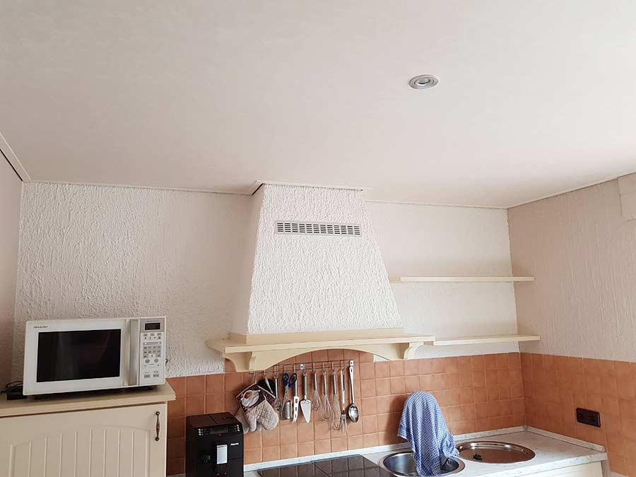 Neue PLAMECO-Spanndecke in der Küche