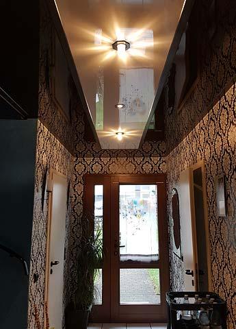 Flurdecke mit Hochglanzdecke, Lackspanndecke und LED-Beleuchtung