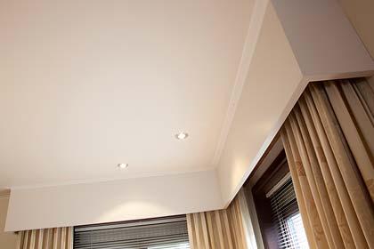 Zimmerdecke mit Beleuchtung renoviert von PLAMECO Köln - Holzdecke verkleiden