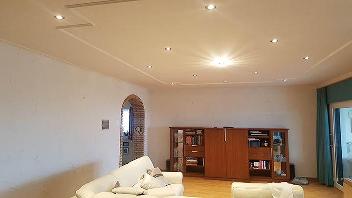 Die fertige Spanndecke im Wohnzimmer - mit Beleuchtung