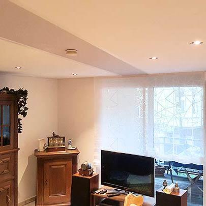 Wohnzimmerdecke mit Spanndecke Troisdorf renoviert von PLAMECO Blechinger