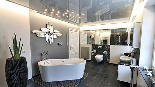 Ein echter Hingucker: glänzende Lackspanndecke im Badezimmer mit Sternenhimmel über der Wanne