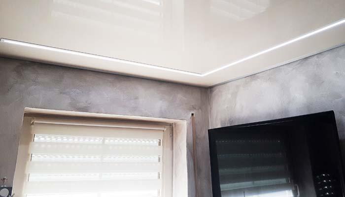 Lackspanndecke von PLAMECO im Badezimmer. Die Reflexion der Hochglanzdecke sorgt zusätzlich für Höhe.