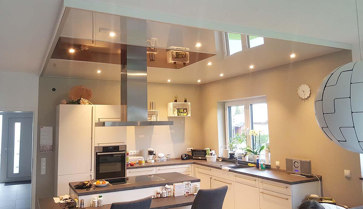 Der Bereich der Küche wurde mit PLAMECO-Hochglanzdecke abgehängt. So konnten auch die LED-Spots passend zur Küche in der Decke platziert werden.