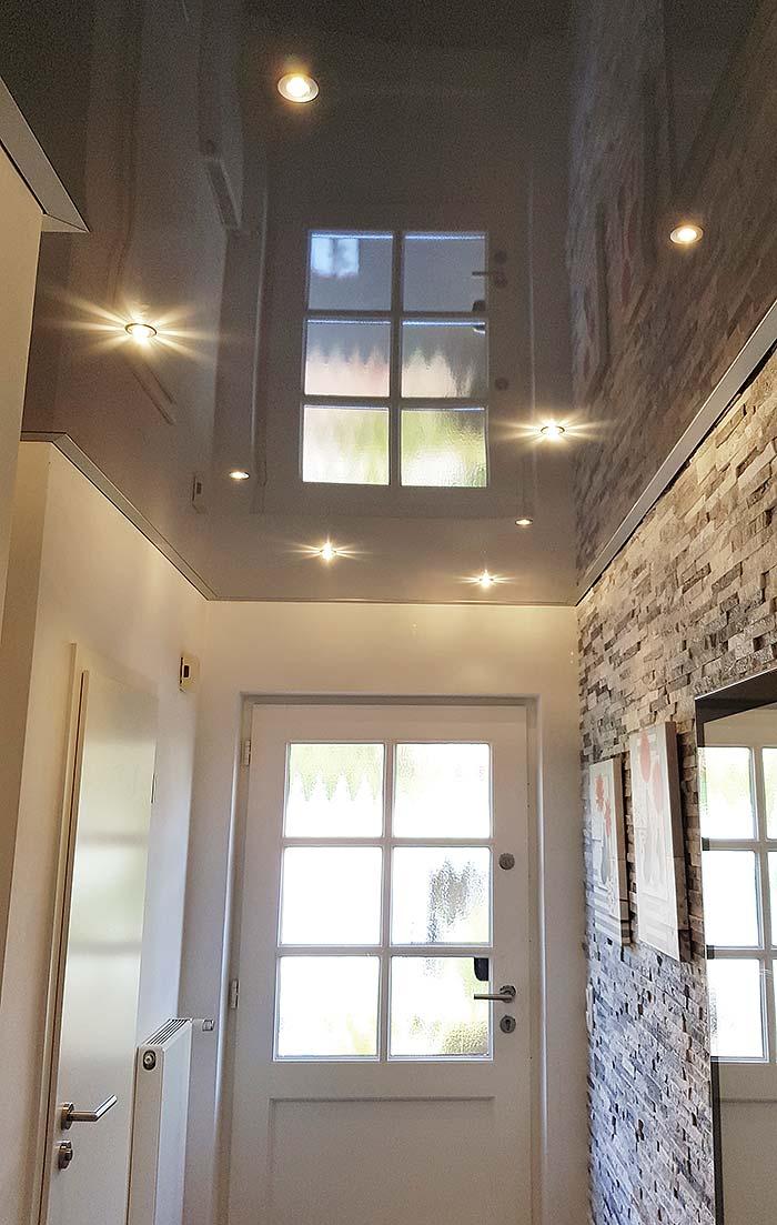 Moderner Eingangsbereich mit Sternenhimmel in der Decke