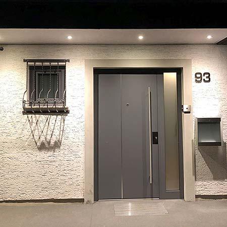 Hauseingang mit Decke am Vordach - PLAMECO-Decke und Beleuchtung am Vordach installiert