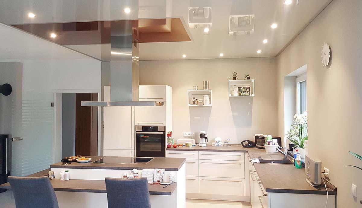 Das Ergebnis kann sich sehen lassen. Eine komplett neue Küchendecke schnell und sauber mit Beleuchtung.