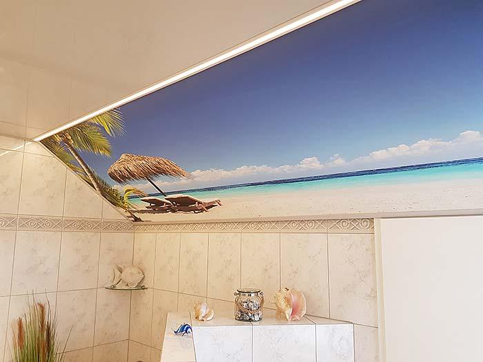 Karibischer Traum an der Dachschräge. Diese Badezimmerdecke wurde mit Fotodecke komplett umgestaltet.