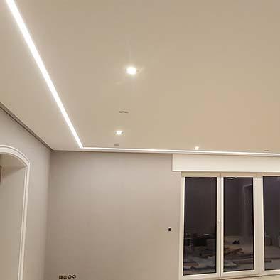 Wohnzimmerdecke mit LED-Streifen in Köln